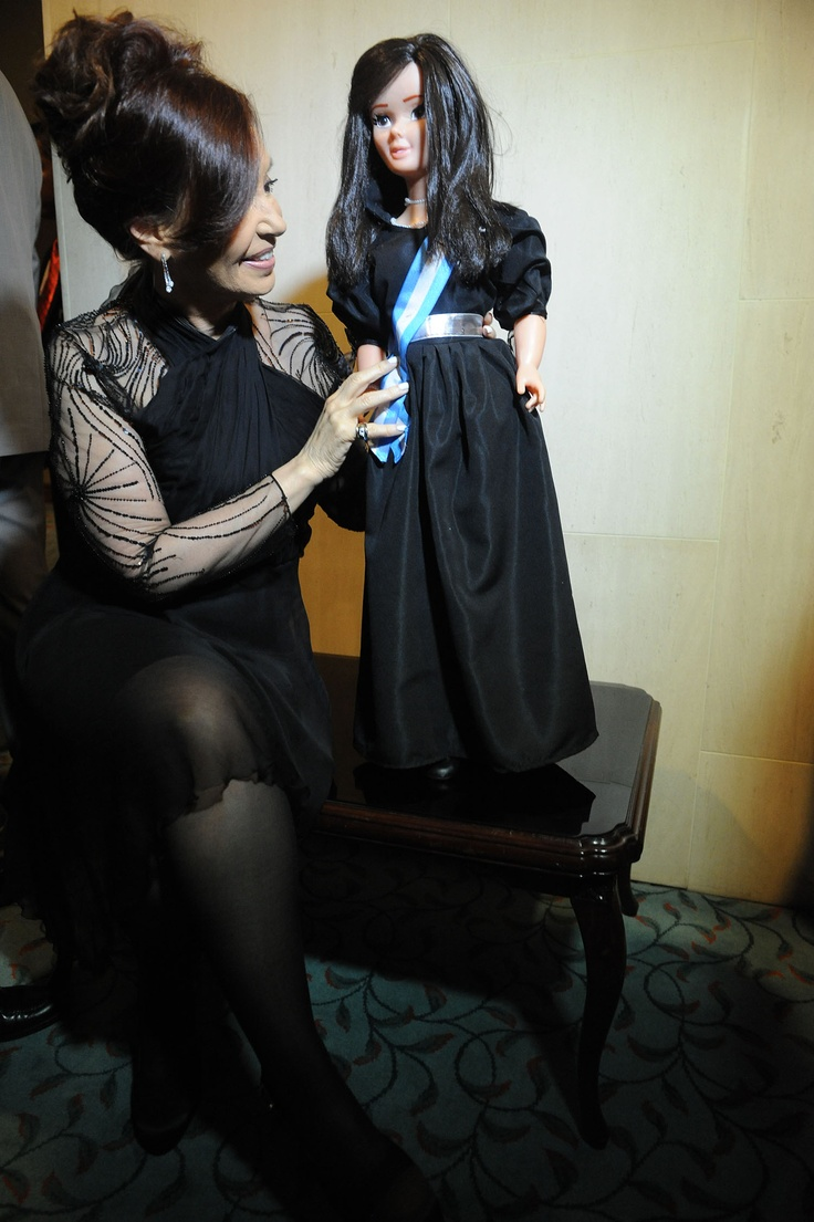 Cristina Fernandez de Kirchner mantuvo un encuentro con empresarios en Indonesia, quienes le regalaron una muñeca.