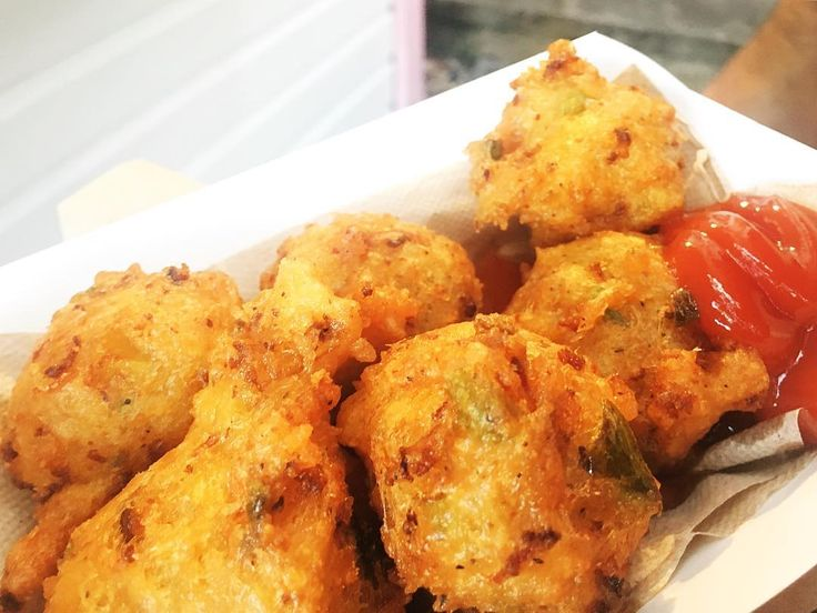 The Conch Shack is a little walk-up stand tucked away on Duval street. They claim to have the best conch fritters in Key West - aaanddd they stand true!  Their secret recipe:  Plenty of Sweet Conch meat mixed with garlic lime juice salt pepper onions flour sweet and hot peppers fried till they are golden brown!  #ruchyum #ruchyumtravel #conchfritters #keywest #florida #floridakeys #foodphotography #igfood #foodporn #foodstagram #foodpics #nomnomnom #eeeeeats #cheapeats #fingerfood #lunch…