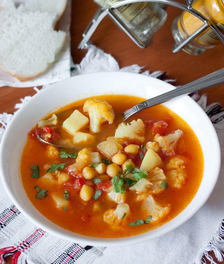 Суп из цветной капусты и нута с карри