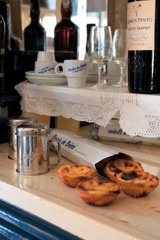 Pastéis de Belém, el manjar de las monjas  Via Condé Nast Traveler España  La receta de los Pastéis de Belém es ultrasecreta, se dice que sólo tres personas conocen el proceso, que empieza dos días antes de hornearlo en la llamada 'oficina del secreto'. Y casi 200 años son los que este bocadito de nata lleva entusiasmando a todo el que lo prueba ...Es imprescindible que te dejes caer por la Antiga Casa dos Pastéis de Belém para disfrutar de ellos.   #Portugal