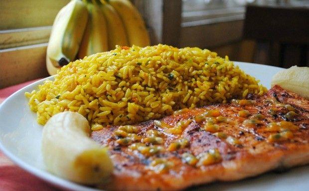 Salmão grelhado ao molho de maracujá com banana assada na brasa e arroz de açafrão #yum #receita