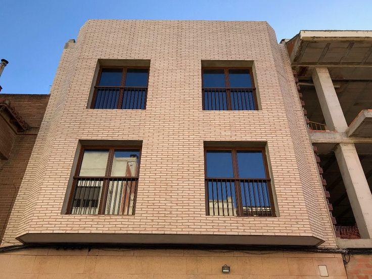 Hoy os mostramos la fachada de un edificio unifamiliar en el que unos clientes han instalado nuestros paneles decorativos de poliuretano