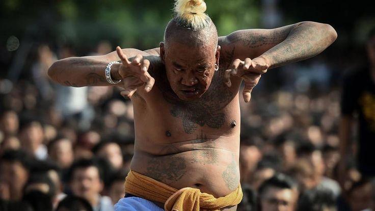 Nakhon Chaisi, Thailand. Vom Geist eines Tieres besessen fühlt sich dieser Buddhist beim Tattoo-Festival im Wat Bang Phra Tempel. Die Gläubigen kommen einmal im Jahr zusammen, um die traditionelle Sak Yant-Körperbemalung zu huldigen, die ihnen Glück und Schutz vor Übel verspricht.