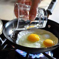 Estes ovos são a versão mais fácil, mas igualmente deliciosa, dos ovos pochê. | 23 dicas fáceis para deixar sua comida deliciosa