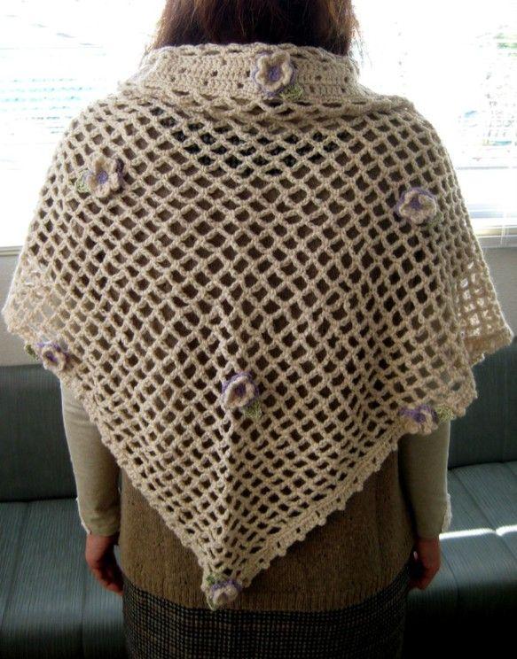 大きさ、140センチ(一番長い辺)x68センチ何でもないセーターやお洋服の上にさっと羽織るだけで可愛くお洒落になります。程よい大きさの紫色をつかったお花がつけ... ハンドメイド、手作り、手仕事品の通販・販売・購入ならCreema。