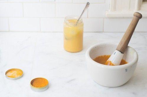 Gezichtsmaskers zijn er in alle vormen en prijzen, maar je hoort ook vaak dat zelfgemaakte maskers met natuurlijke ingrediënten wonderen verrichten. Een masker met de oranje specerij kurkuma bijvoorbeeld.