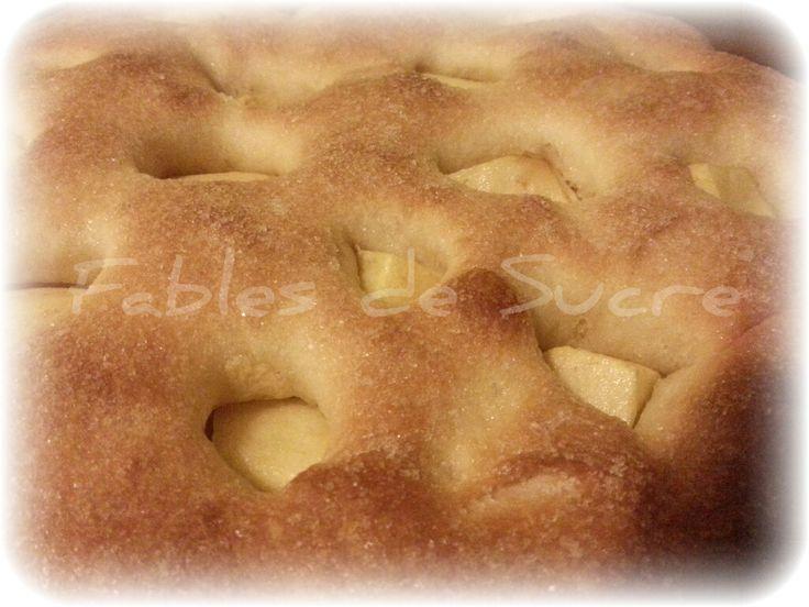 Focaccia di mele con pasta madre. Dolce buono per l'ora del the o della prima colazione, gustoso e umido per la presenza della frutta fresca. Da provare!
