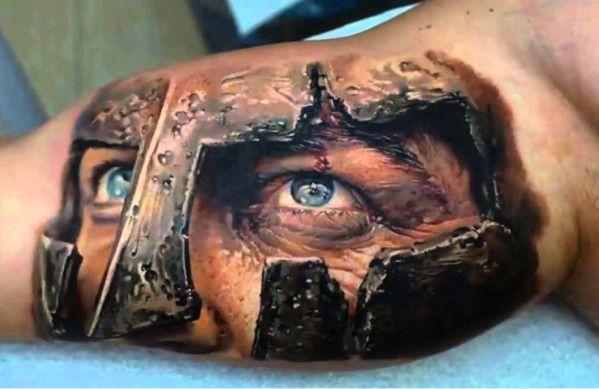 Dieses Kunstwerk wirkt so echt, dass man glaubt es sei wirklich in ein hölzernes Bein geschnitzt. Man möchte darauf klopfen, um sich zu vergewissern ob es nicht aus Holz ist.