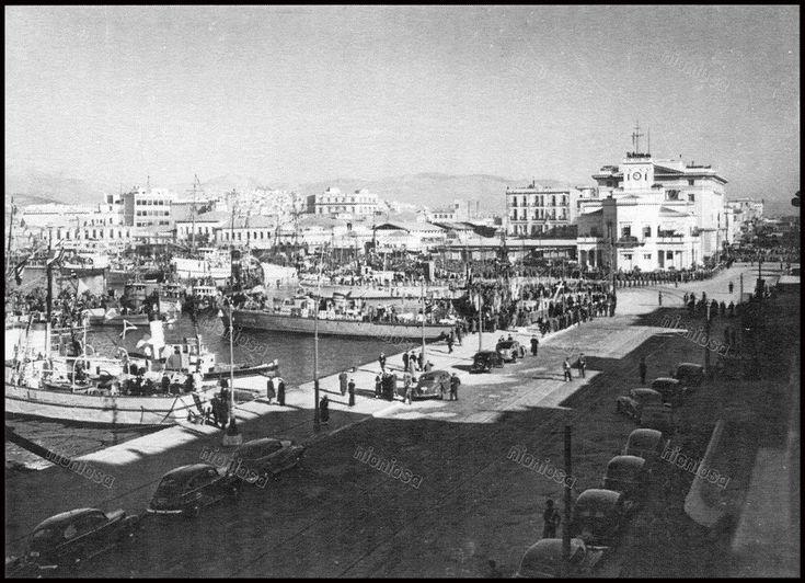 "https://flic.kr/p/21QXUuH   Χρόνια αργότερα, ο παραλιακός δρόμος είχε καθαριστεί. Βρισκόμαστε στις 6-1-1950. Την οργάνωση της γιορτής των Θεοφανείων αναλάμβανε το <<Γραφείον Τελετών και Δεξιώσεων>> του Δήμου Πειραιά. Από το βιβλίο του Βασίλη Πισιμίση ""Το Ρολόι του Πειραιά"".   Από το βιβλίο του Βασίλη Πισιμίση ""Το Ρολόι του Πειραιά""."