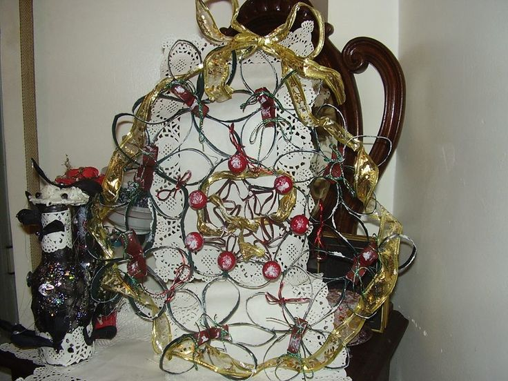 Coroa de Natal para a porta com rolos de papel