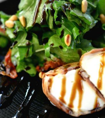 Σαλάτα ρόκα, με ψητή μοτσαρέλα τυλιγμένη σε προσούτο | Γιάννης Λουκάκος