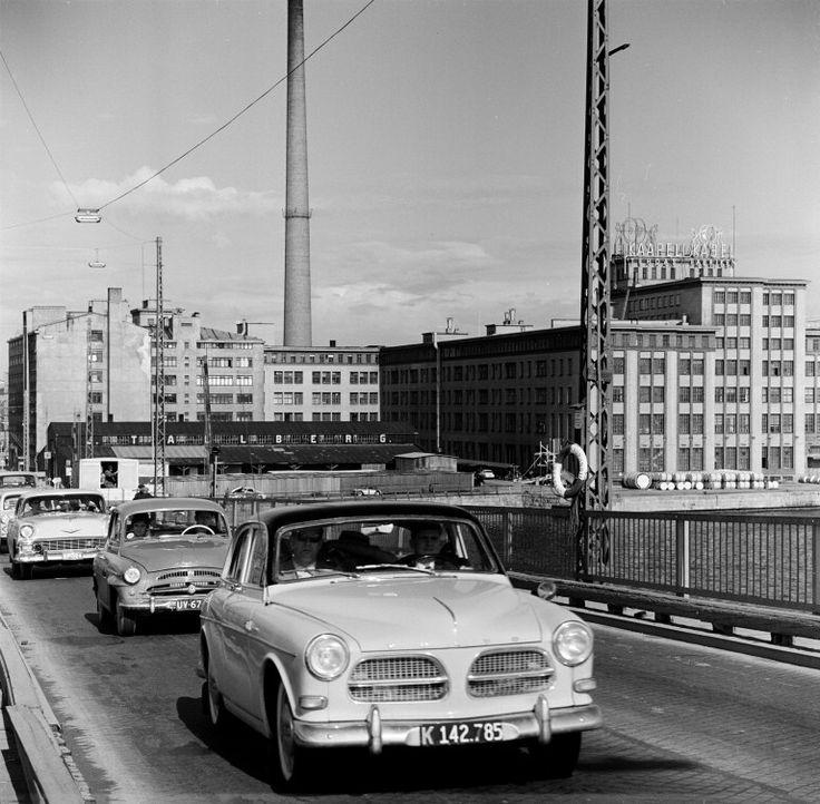 Liikennettä Lauttasaaren sillalla. Taustalla oikealla...
