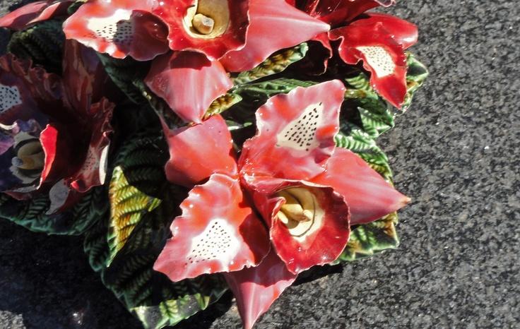 Very decorative Ceramic flowers on a French cemetery Detail van de bloemen van keramiek op de begraafplaats in de Provence (Frankrijk). Het is een Franse traditie.