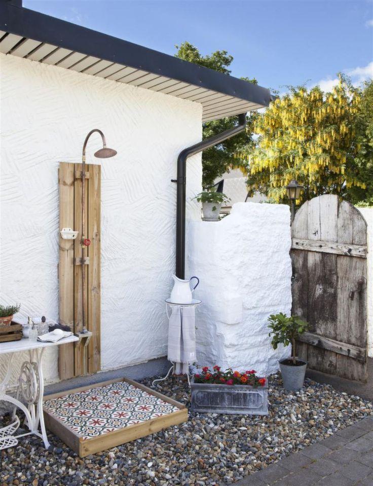 Orientaliskt. För att få en skön duschupplevelse byggde Frank en ram och lade på betongplattor från Marrakech design. Plattorna plockas in till vintern.