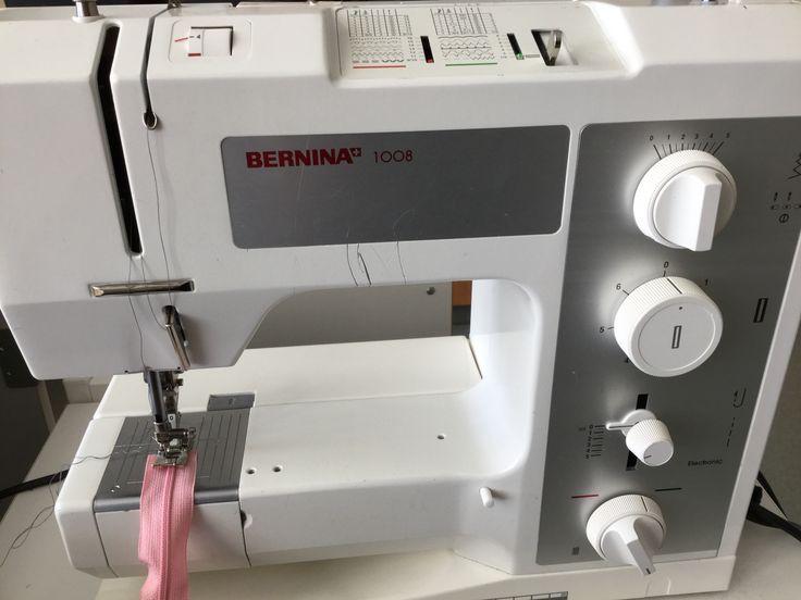 2. Ställ on symaskinen på maxbredd och ingen längd. Prova med handhjulet så du ej syr i plasten. Sy en spärr 0,5 cm från änden.