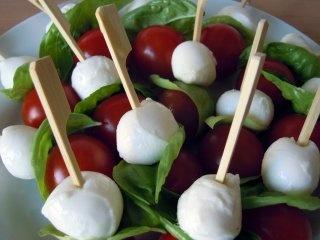 Gezond Snacken: Tomaten mozzarella spiesjes