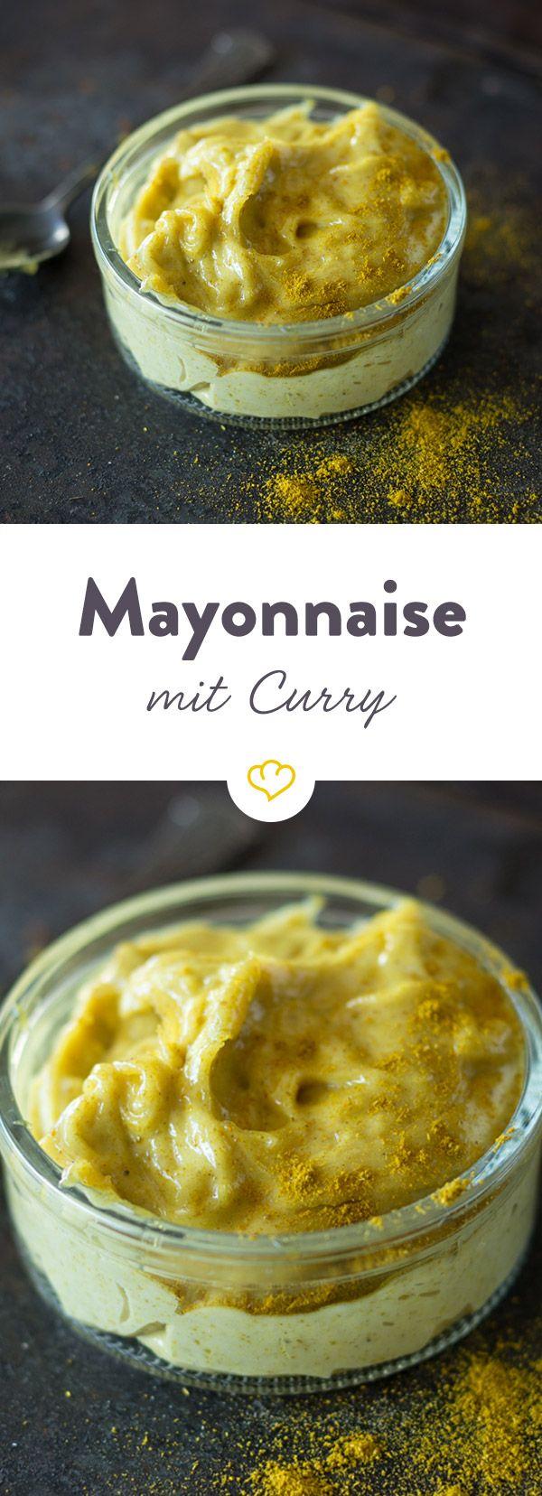Goldgelb gefärbt bringt die selbstgemachte Curry-Mayo Farbe und ein wenig exotische Schärfe auf die Teller. Gleich ausprobieren.