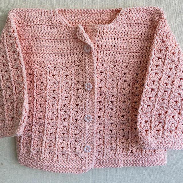Aunque haga mucho calor este verano, un chalequito de hilo es fundamental para las noches de enero y febrero. A 13.000 pesos está este chaleco para niñas o niños de 3 a 5 meses. Es único!!! Para más información nos escriben por inbox o al correo. Pronto nuevos modelos y colores  #emojitejiendo #crochet #knitting #tejer #hilo #regalo #guagua #hechoamano #scl