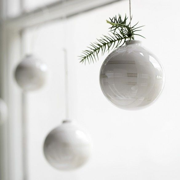 The hand-painted mother-of-pearl stripes discreetly reflect the rays of light and add a new and delicate lightness to the design. Whether decorating a dark green Christmas tree or hanging in windows as ornaments throughout the home, they glimmer like tiny, vibrant snowflakes at this dark, cosy time of year.