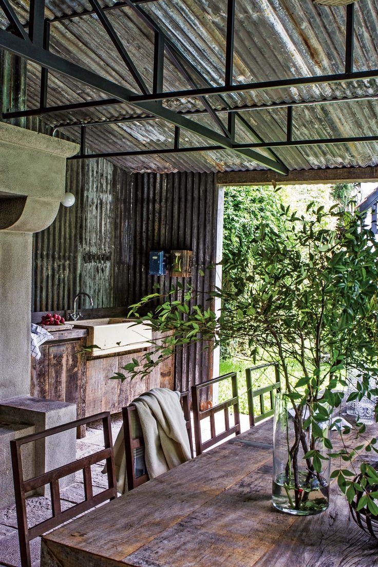 En el quincho rústico de esta casa se colocó una capa aislante entre el techo y el cielo raso de chapa para mitigar el calor en verano.