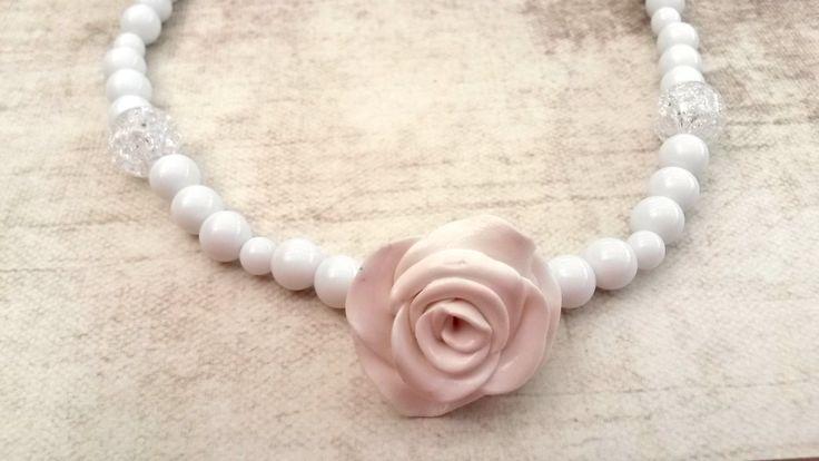Zelfgemaakte witte parelketting met witte roos uit fimo klei. Helemaal niet moeilijk en heel uniek!