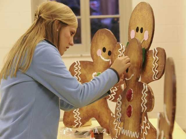 Local residents help decorate state mansion for Christmas