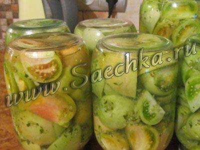 Зеленые помидоры на зиму приготовлены с сельдереем, чесноком и перцем.