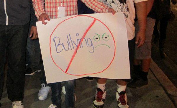 Se recomienda el uso de la expresión «acoso escolar» o «intimidación» en sustitución de la voz inglesa «bullying», que significa 'intimidación física o verbal a un escolar por parte de sus compañeros que se produce en las escuelas'. http://www.fundeu.es/recomendacion/bullying-es-acoso-escolar-783/ Foto: ©Archivo Efe/Iván Mejía