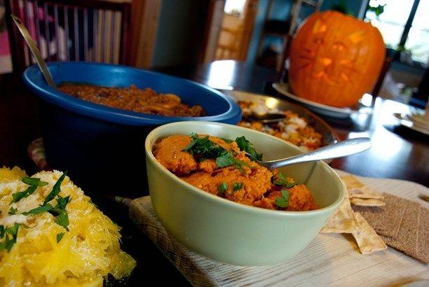 Pumpabuffe: Spagettipumpa med parmesan, pumpa- och kikärtsdipp, chiligryta med pumpa och rostad butternut. Foto: Meny i P1