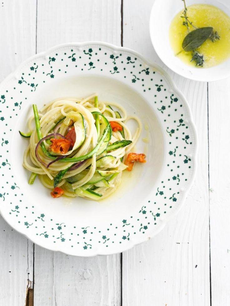 Groentepasta met zongedroogde tomaat http://njam.tv/recepten/groentepasta-met-zongedroogde-tomaat