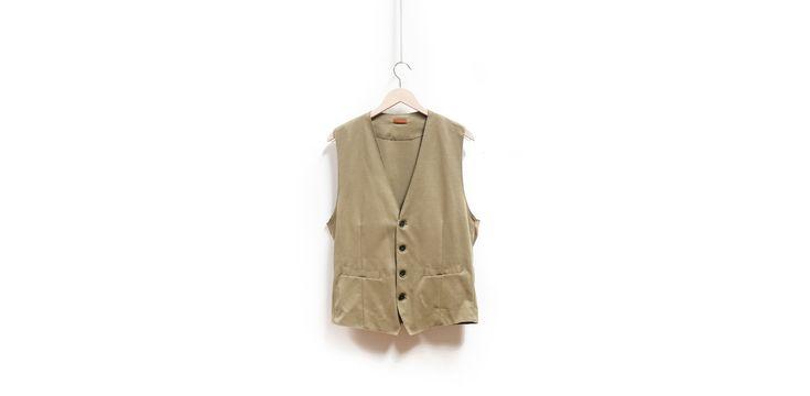 Tra i trend moda uomo per la PE2016 c'è il gilet. Una nuova classicità casual e contemporanea. Numerose proposte da The FollY a Salerno, tra cui Pence1979.