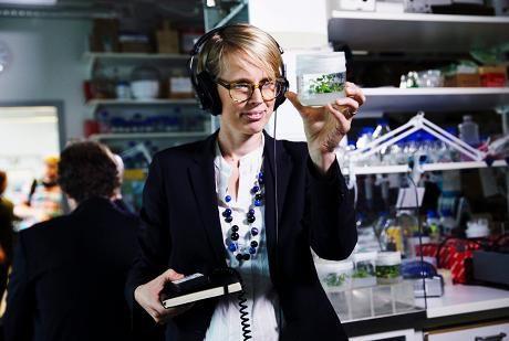 Nina Pulkkis on tehnyt syksyn aikana uutta tiedesarjaa muun muassa Viikin Biokeskuksessa. Hän uskoo, että arktisen alueen osaaminen, kestävä metsänhoito, insinööritaito ja biotekniikka auttavat Suomea pelastamaan tulevaisuuden maailman.