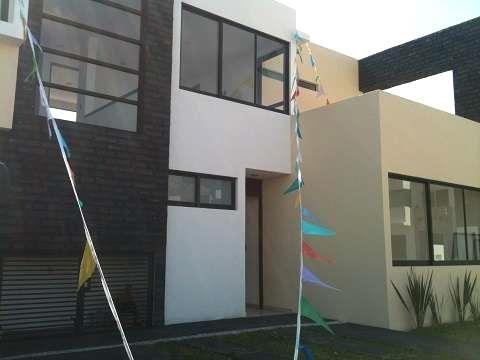 Excelente casa en Fraccionamiento El Refugio  La casa tiene un terreno de 220 m2, construcción de 220 m2 y se distribuye en 3 recamaras con baño ...  http://queretaro-city.evisos.com.mx/excelente-casa-en-fraccionamiento-el-refugio-id-567699