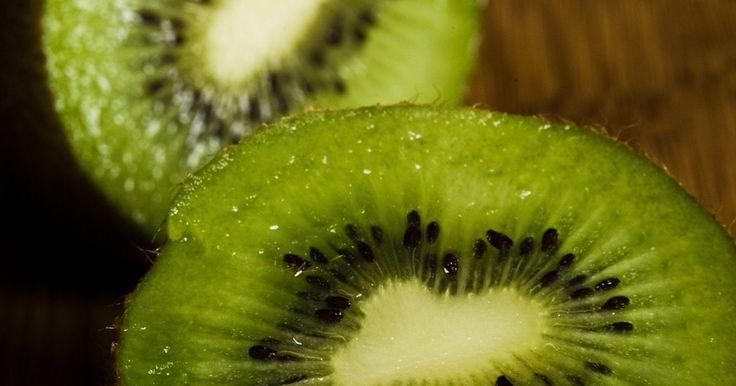 Cómo hacer que un kiwi madure más rápido. Aunque la mayoría de los kiwis firmes estén bien para consumir así, la fruta se vuelve más dulce a medida que se pone tierna y madura. Si deseas madurar un kiwi duro rápidamente, el método más rápido es lo expongas a gas etileno, un compuesto químico presente en frutas y verduras. Algunas frutas contienen cantidades mayores de esta sustancia ...