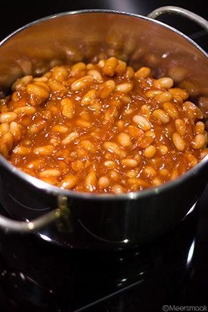"""Dit recept is gebaseerd op 'Perfecte witte bonen in tomatensaus' uit het kookboek:""""68 onmisbare basisrecepten voor elke kok""""(blz.155). Ik moet zeggen dat de bereidingaardig gelukt is. De smaak is absoluut niet te vergelijken met witte bonen in tomatensaus uit blik. En waar de kinderennormaal al griezelend hun neus optrekken, eten ze zonder mopperen mee. De …"""