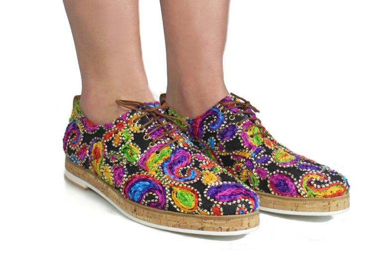 Kleurrijke schoenen van het Spaanse merk Jhay! Prachtig afgewerkt met borduursel! Ontdek ze snel in onze webshop.