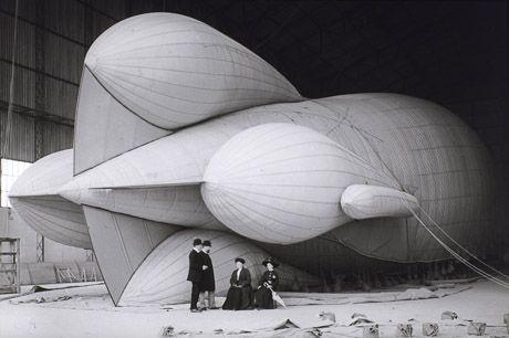 """Jacques-Henri Lartigue photo: """"Le dirigeable """"Ville de Bruxelles"""" en cours de gonflement., gélatino-bromure, 9 x 12 cm, 22 mai 1910"""""""
