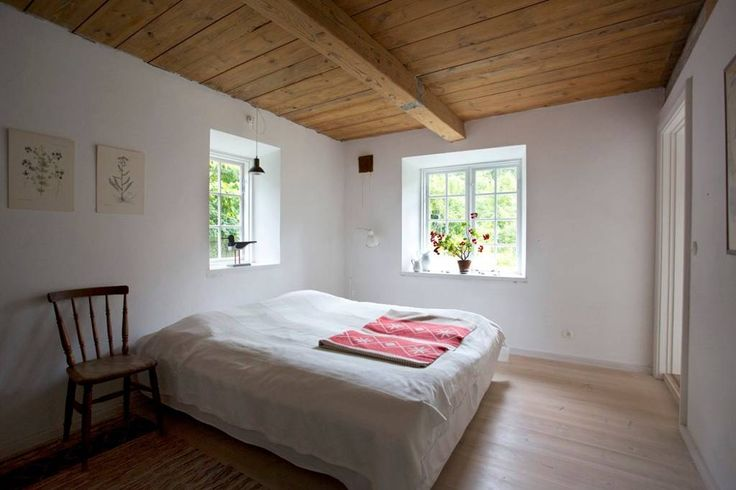 Ganze Unterkunft in Vittskövle, SE. 160 m2 beautiful renovated countryhouse with 3 big bedrooms, wooden floors and 3 fireplaces. Old school finnish sauna. The house is in the woods about 6 kilometers from the sandy beach and nice water in Olseröd, 5 kilometers to Degeberga and 7 kil...