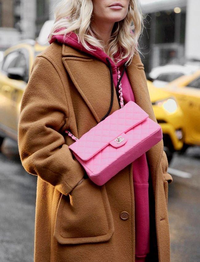 Pour ou contre le sac Chanel rose Barbie ? (photo Jessie Bush)