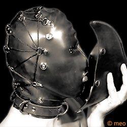 Masque en latex très lourd.