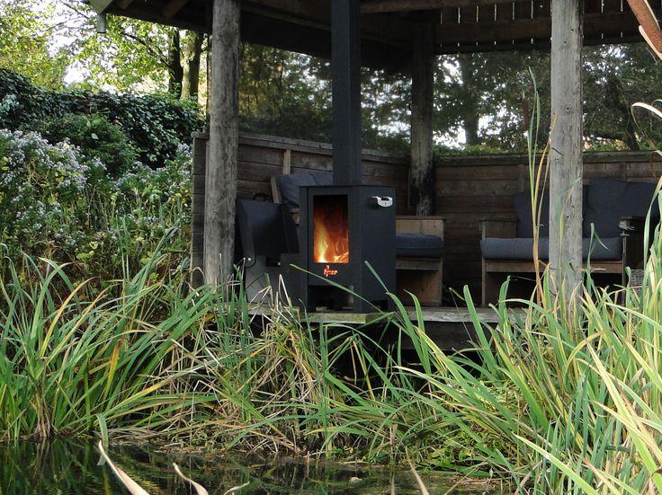 FJOER buitenkachel ideaal voor of op het terras of onder de veranda. De grote ruiten zorgen voor een mooi doorkijkeffect en laten u optimaal genieten van het vlammenspel. www.fjoer.eu