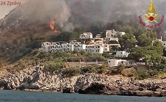 Sicílie kvůli požárům naložila do lodí stovky turistů. Hoří i Vesuv, zřejmě jej někdo zapálil