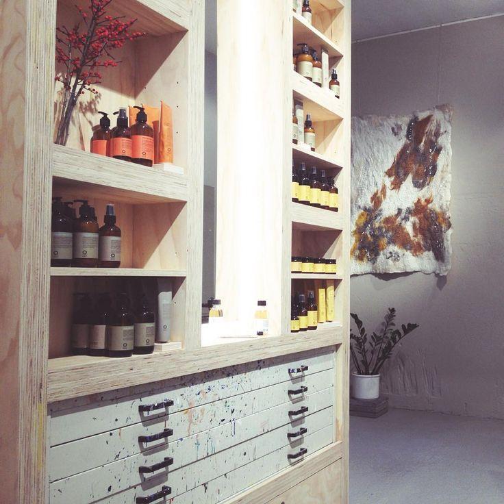 Wist je dat je bij MHOOM de fijne haarverzorgingsproducten (3x woordwaarde) van Oway kan kopen? Kende je deze, met essentiële oliën geparfumeerde, vegan haarlijn nog niet? Kom dan gerust eens langs in de salon om kennis te maken 😃  Tip! Meerdere shampoo's, conditioners, maskers en stijlingproducten zijn ook in travelsize beschikbaar!   #oway #vegan #haarverzorging #shampoo #natural #naturalbeauty #natuurlijk #essentialoils #greenfullydesigned #consciouslymade #biologischdynamisch #MHOOM