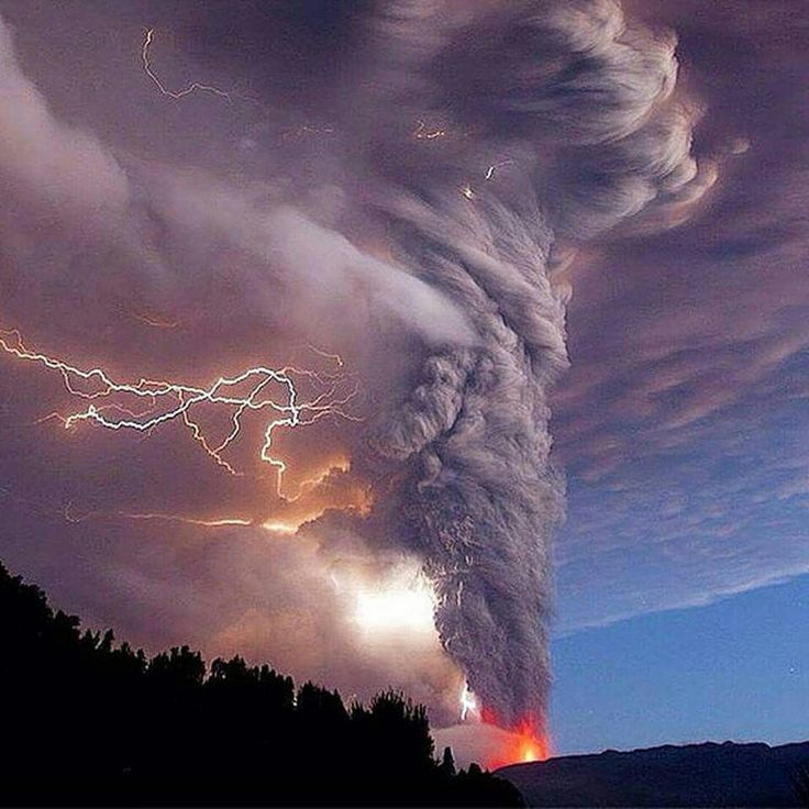 Stunning electrical storm + volcano eruption that occurred in Chile :)