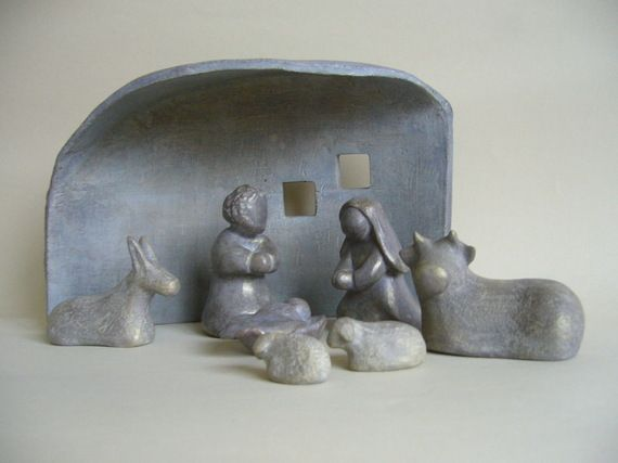 Crèche de Noël en terre cuite patinée gris, reflets dorés