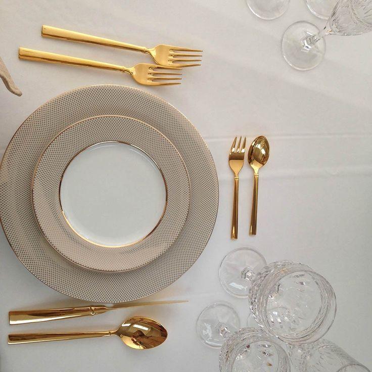 Πιάτα και μαχαιροπίρουνα σε χρυσό χρώμα.
