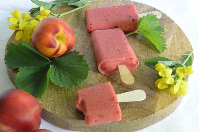 Terveelliset Smoothie -jäätelöt. Makuna mansikka-nektariini-banaani.