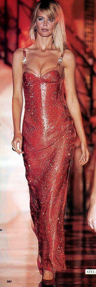 Gianni Versace Haute Couture - ATELIER VERSACE - Fall Winter 1995 1996 - Paris Fashion Week - Ritz Hotel, July 1995. claudia schiffer