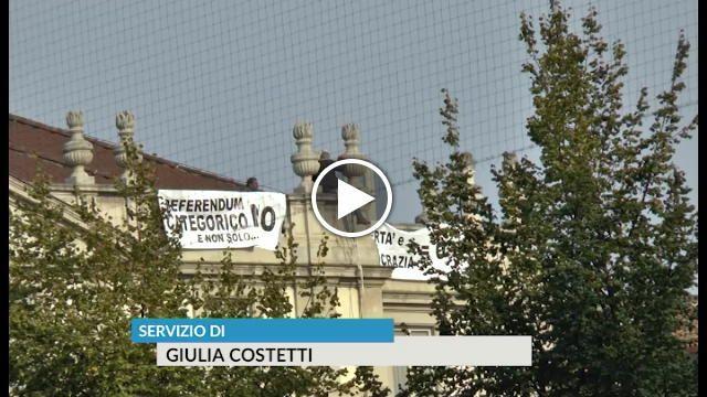 No al referendum uomo in bilico sul tetto della Scala con striscioni di protesta - La Repubblica