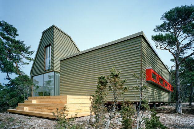 Mer ovanlig ligg. fjällpanel. Grönmålad och med rundad profil, foto 2. Se även utåtgående fönsternisch i fasaden (rödmålad)